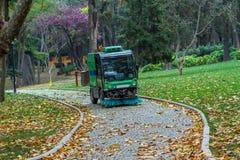 Όχημα αποκομιδής απορριμμάτων οδών που αφαιρεί τα φύλλα στοκ εικόνα