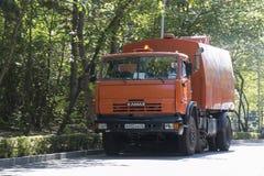 Όχημα αποκομιδής απορριμμάτων οδών στο δρόμο σε Pyatigorsk, Ρωσία Στοκ Εικόνες