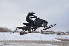 όχημα για το χιόνι αναβατών ά&lamb Στοκ φωτογραφία με δικαίωμα ελεύθερης χρήσης