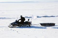 Όχημα για το χιόνι με ένα ρυμουλκό Στοκ εικόνες με δικαίωμα ελεύθερης χρήσης