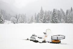 Όχημα για το χιόνι που καλύπτεται με το χιόνι Στοκ Φωτογραφίες