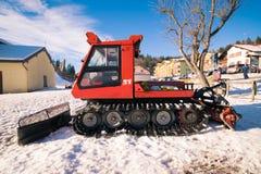Όχημα για το χιόνι που σταθμεύουν στο τέλος μιας κλίσης σκι στοκ φωτογραφία με δικαίωμα ελεύθερης χρήσης