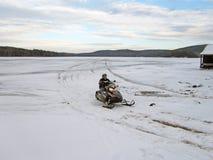 Όχημα για το χιόνι στην τέταρτη λίμνη Στοκ Εικόνες