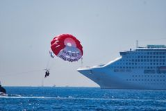 όχημα, ναυσιπλοΐα, θάλασσα, ατμόσφαιρα της γης, σκάφος της γραμμής, υπερωκεάνειο, αλεξίπτωτο, υδατόπτωση, πυροσβεστικό πλοίο Στοκ Φωτογραφία
