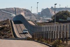 Όχημα περιπόλου συνόρων που επιτηρεί τα σύνορα SAN Diego-Tijuana Στοκ Εικόνα