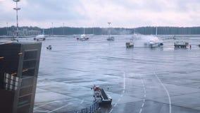 Όχημα που περιβάλλει το ψεκάζοντας ρευστό αποπάγωσης αεροπλάνων στα φτερά απόθεμα βίντεο