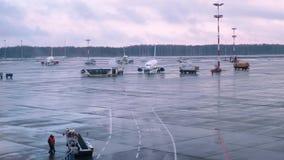 Όχημα που περιβάλλει το ψεκάζοντας ρευστό αποπάγωσης αεροπλάνων στην ουρά φιλμ μικρού μήκους