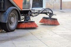 Όχημα που σκουπίζει τις οδούς του ρύπου Στοκ Φωτογραφίες