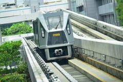 Όχημα πυκνών δρομολογίων μετακινούμενων επιβατών που μεταφέρει τους επιβάτες στον αερολιμένα Changi Στοκ Εικόνα