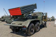 Όχημα 2B17 M1 αγώνα του συστήματος 9K51 ανεμοστρόβιλος-γ πυραύλων πολλαπλάσιος-έναρξης υποστηρίξτε την όψη στοκ εικόνα