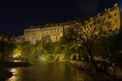 Όχθη ποταμού εκκλησιών στη νύχτα στοκ φωτογραφία