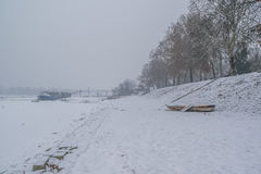 Όχθη ποταμού ενός παγωμένου ποταμού Denube με συλλήφθείες τις πάγος βάρκες Στοκ Εικόνες
