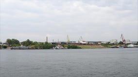 Όχθη ποταμού με την αποβάθρα και τα σκάφη Άποψη από το πλέοντας σκάφος απόθεμα βίντεο