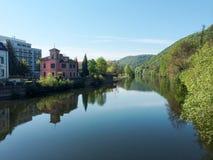 Όχθη ποταμού με τις αντανακλάσεις του τοπίου στην ήρεμη επιφάνεια νερού Στοκ εικόνες με δικαίωμα ελεύθερης χρήσης