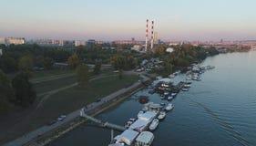 Όχθη ποταμού με τις εγκαταστάσεις βιομηχανίας στοκ φωτογραφίες με δικαίωμα ελεύθερης χρήσης