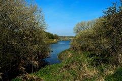 Όχθη ποταμού μια ημέρα ανοίξεων στοκ εικόνες