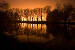 όχθη ποταμού νύχτας τοπίων Στοκ Φωτογραφίες