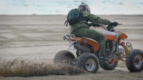 Όχθη ποταμού Ο δρομέας απασχολείται στις μετακινήσεις στο ποδήλατο τετραγώνων Το άτομο στις μελέτες ATV που οδηγούν στην άμμο φιλμ μικρού μήκους