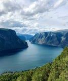 Όχθη ποταμού στα βουνά στοκ φωτογραφία με δικαίωμα ελεύθερης χρήσης