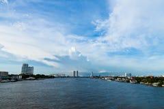 Όχθη ποταμού στη Μπανγκόκ με τη γέφυρα και τους ουρανοξύστες Στοκ Εικόνες