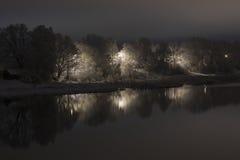 Όχθη ποταμού τη νύχτα Στοκ Φωτογραφία