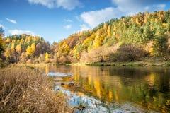 Όχθη ποταμού το φθινόπωρο Στοκ Φωτογραφία