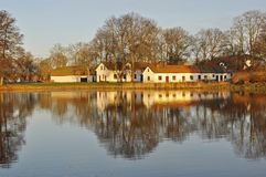 όχθη της λίμνης εξοχικών σπιτιών Στοκ φωτογραφία με δικαίωμα ελεύθερης χρήσης