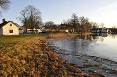 όχθη της λίμνης εξοχικών σπιτιών Στοκ Φωτογραφίες