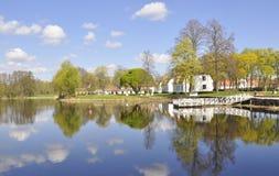 όχθη της λίμνης εξοχικών σπ&iot Στοκ Εικόνες