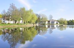 όχθη της λίμνης εξοχικών σπ&iot Στοκ εικόνα με δικαίωμα ελεύθερης χρήσης