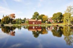 όχθη της λίμνης εξοχικών σπ&iot Στοκ Φωτογραφία