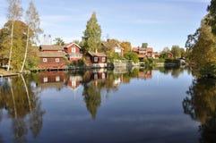 όχθη της λίμνης εξοχικών σπ&iot Στοκ φωτογραφία με δικαίωμα ελεύθερης χρήσης