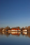 όχθη της λίμνης εξοχικών σπ&iot Στοκ Εικόνα