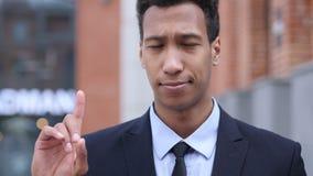 Όχι, αφρικανικός επιχειρηματίας που απορρίπτει την προσφορά με τον κυματισμό του δάχτυλου φιλμ μικρού μήκους