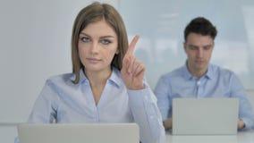 Όχι, νέα επιχειρηματίας που απορρίπτει την προσφορά με τον κυματισμό του δάχτυλου απόθεμα βίντεο