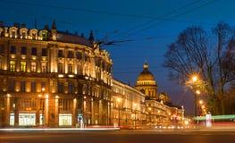 όψη Αγίου ST ποταμών της Πετρούπολης καναλιών βαρκών Καθεδρικός ναός Αγίου Isaac από το τετράγωνο παλατιών στη νύχτα Στοκ φωτογραφία με δικαίωμα ελεύθερης χρήσης