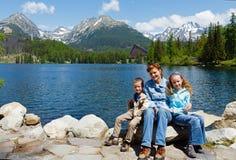 Όψη και οικογένεια άνοιξη Pleso Strbske (Σλοβακία) Στοκ εικόνες με δικαίωμα ελεύθερης χρήσης