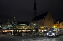 Όψη νύχτας σχετικά με τη διασταύρωση κυκλικής κυκλοφορίας και την ατμομηχανή ατμού Χριστουγέννων στο Ταλίν, Εσθονία στοκ εικόνες