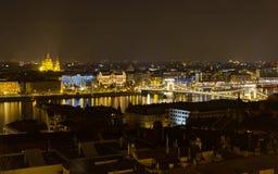Όψη νύχτας της Βουδαπέστης από τον προμαχώνα του ψαρά Στοκ Εικόνες