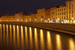 Όψη νύχτας όχθεων ποταμού της Πίζας στην Ιταλία Στοκ φωτογραφία με δικαίωμα ελεύθερης χρήσης