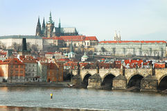Όψη σχετικά με τον καθεδρικό ναό του ST Vitus και τη γέφυρα Charles Στοκ Φωτογραφία