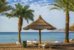 Όψη σχετικά με τον κόλπο Aqaba από την αμμώδη παραλία Eilat Στοκ Εικόνες