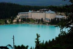 Όψη της λίμνης και του διάσημου ξενοδοχείου στο εθνικό πάρκο, Καναδάς Στοκ φωτογραφία με δικαίωμα ελεύθερης χρήσης