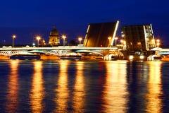 όψη της Πετρούπολης ST νύχτας Ρωσία Η αύξηση των γεφυρών Στοκ Φωτογραφία