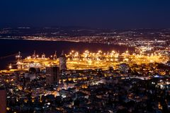 Όψη της Χάιφα στο Ισραήλ με το φωτισμό νύχτας Στοκ φωτογραφία με δικαίωμα ελεύθερης χρήσης