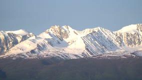 Όψη των βουνών Ο ήλιος πρωινού ανάβει ένα τοπίο βουνών αλσατικό απόθεμα βίντεο