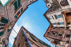 Όψη ψάρι-ματιών της παλαιάς πόλης στην ανασκόπηση ουρανού Στοκ Εικόνα