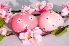 2 όλα τα αυγά Πάσχας έννοιας νεοσσών κάδων ανθίζουν τη χλόη χρωμάτισαν τις τοποθετημένες νεολαίες Στοκ εικόνες με δικαίωμα ελεύθερης χρήσης