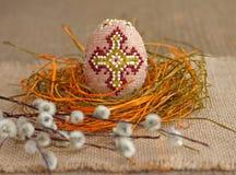 2 όλα τα αυγά Πάσχας έννοιας νεοσσών κάδων ανθίζουν τη χλόη χρωμάτισαν τις τοποθετημένες νεολαίες Διακοσμημένος με χάντρες κλαδίσ Στοκ Φωτογραφίες