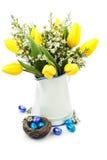 2 όλα τα αυγά Πάσχας έννοιας νεοσσών κάδων ανθίζουν τη χλόη χρωμάτισαν τις τοποθετημένες νεολαίες Στοκ Φωτογραφία